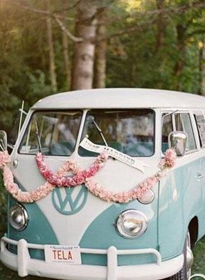 用漂亮婚车迎娶新娘