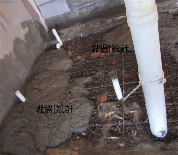 如今下沉式卫生间,业主可以根据自己的实际需要改动排水管道,再也不必像以前那样大动干戈地实用移位器甚至改造楼板了。但是,在带来灵活与便利的同时,下沉式卫生间也给我们带来了一些潜在的隐患,防水处理要求更高,施工难度与造价也会更高。一些马虎的施工单位为了图省事,往往仅对下沉式卫生间进行简单粗暴的处理,填充物也是五花八门,甚至也有将施工垃圾回填的。
