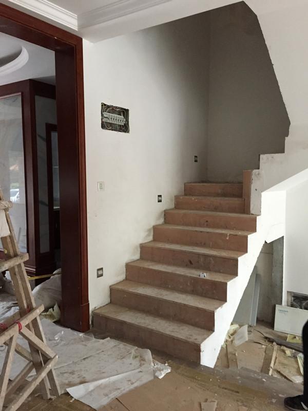 跟着法瑞探工地-颐和南园楼梯木门护墙板踢脚线安装