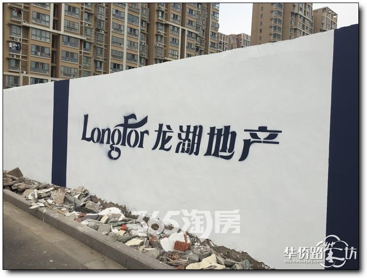 【小悦跑地】龙湖小龙湾G23地块还未正式动工,围挡已刷新哦,不过门口却贴了一张公告,上面写着什么?