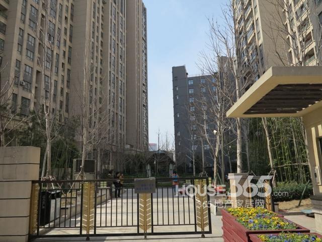 万达城地铁口旁边 万达银座 精装修一室一厅 家电齐全 1500急租
