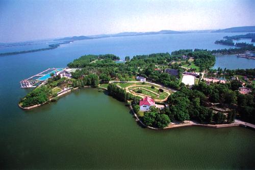 3,东湖 东湖靠近武汉大学,风景如画堪比西湖,然而面积却比西湖大多了