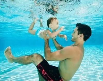 【亲子游泳】这个夏天陪宝宝一起游泳吧,这不仅是技能,更是一种教育!
