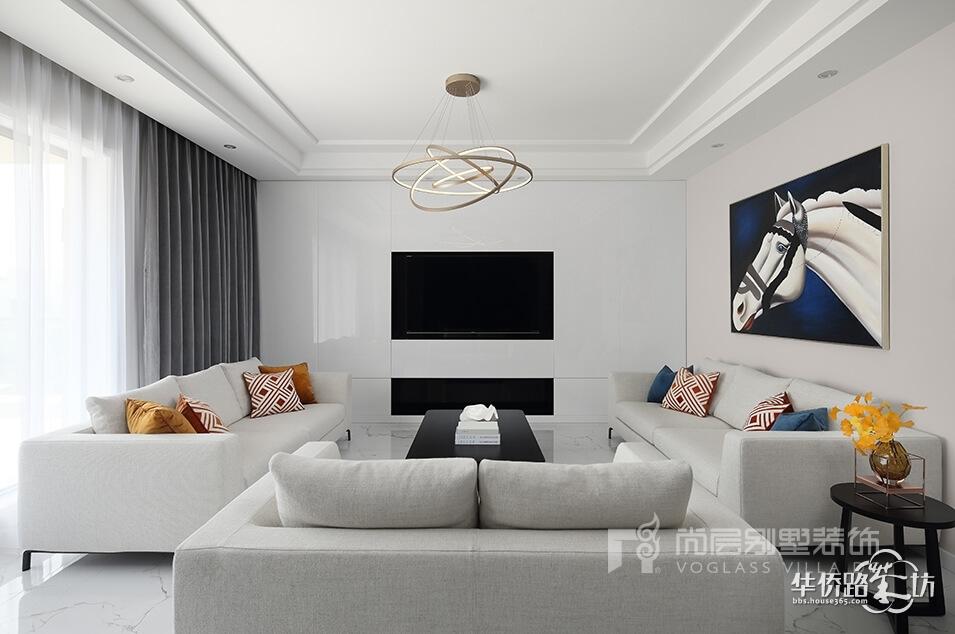 本案朗诗熙园别墅装饰客厅电视背景墙效果图,完全没有多余的硬装施工